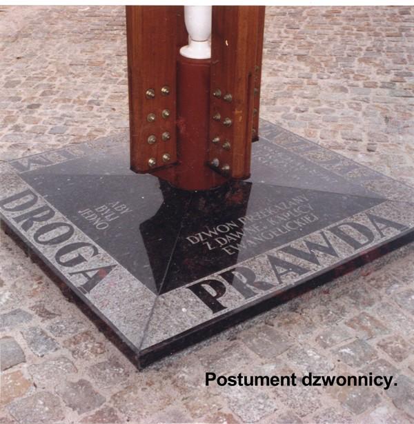 postument-dzwonnicy