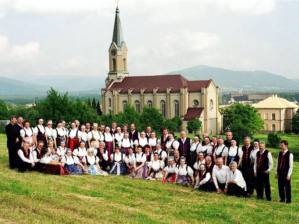 foto-z-1999r-char-w-strojach-na-tle-koacioaa_0