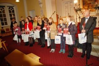 Nagrodzeni Laureaci Świątecznego Konkursu wraz z nauczycielami.